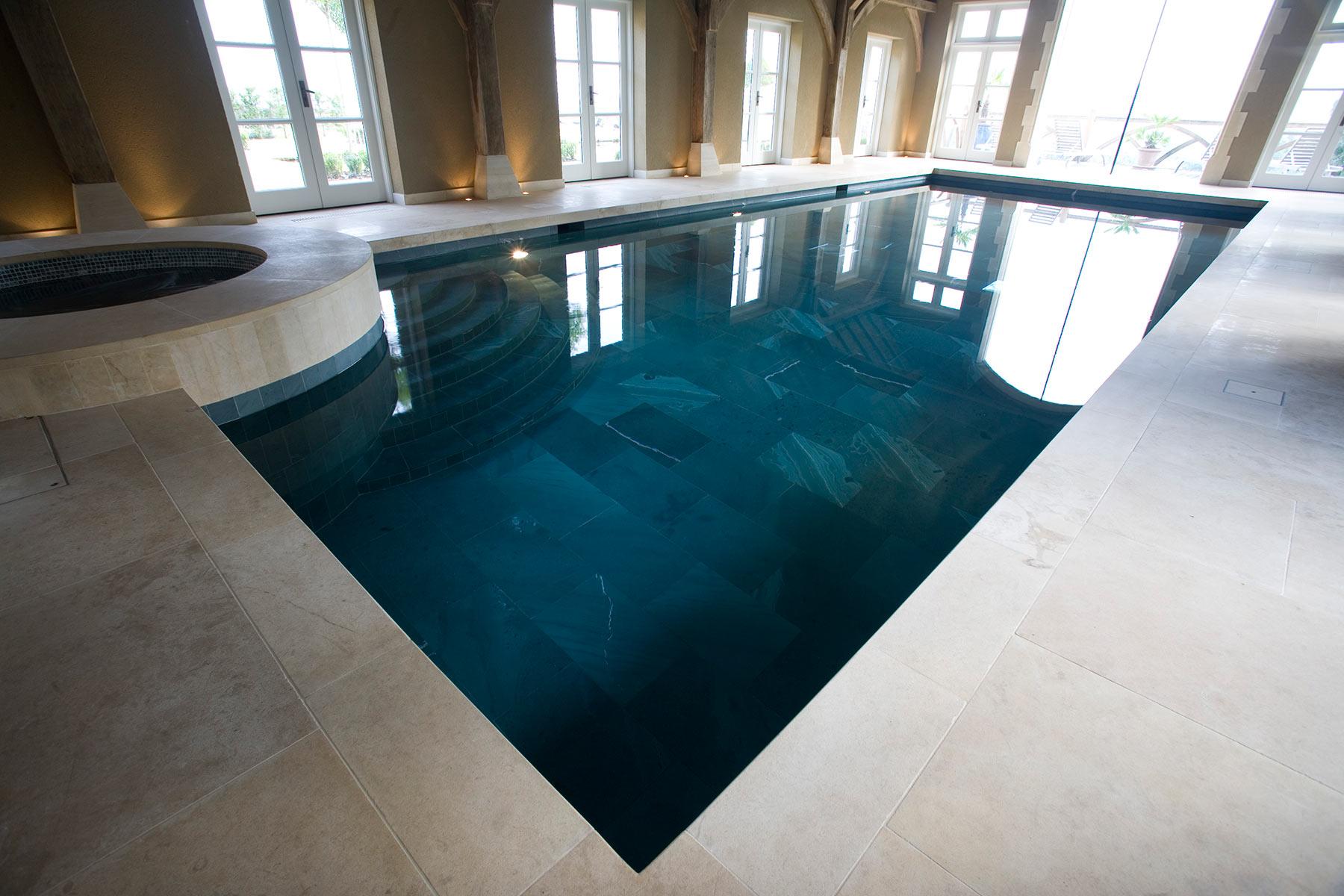 牛津郡的车库改建室内游泳池