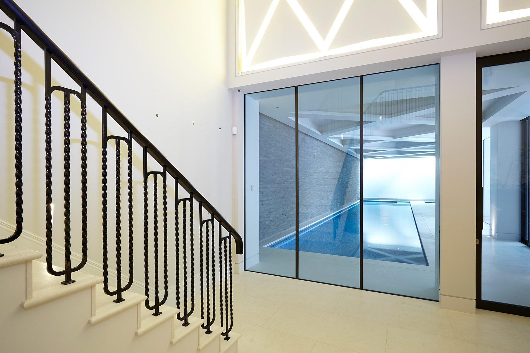 Piscine en sous-sol de style contemporain à Londres