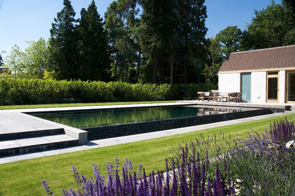 Piscine en plein air d'inspiration japonaise dans le Surrey