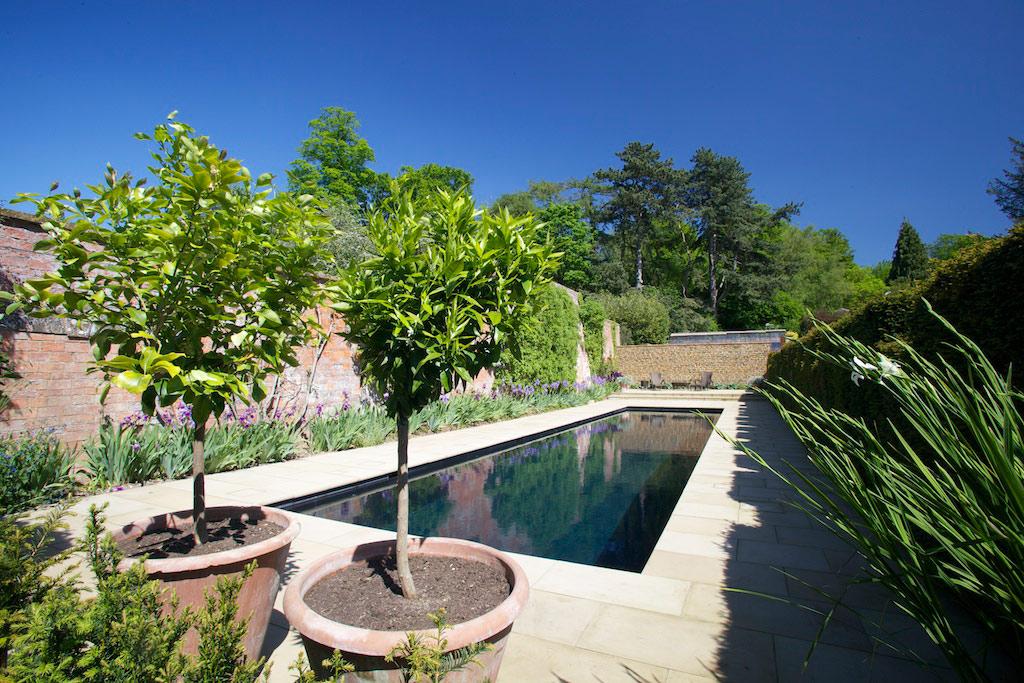 牛津郡的室外游泳池和花园房