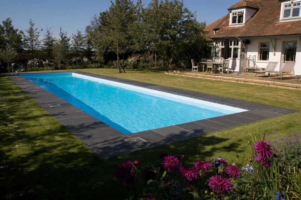 Роскошный открытый бассейн в Суссексе
