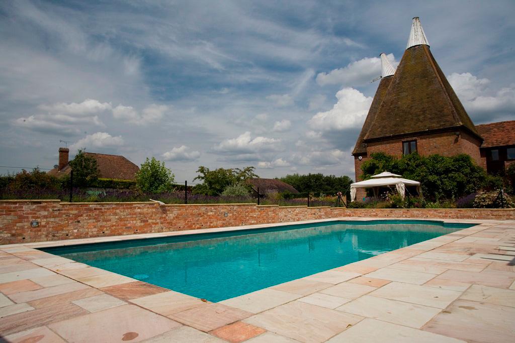 Piscine en plein air dans une demeure historique du Sussex