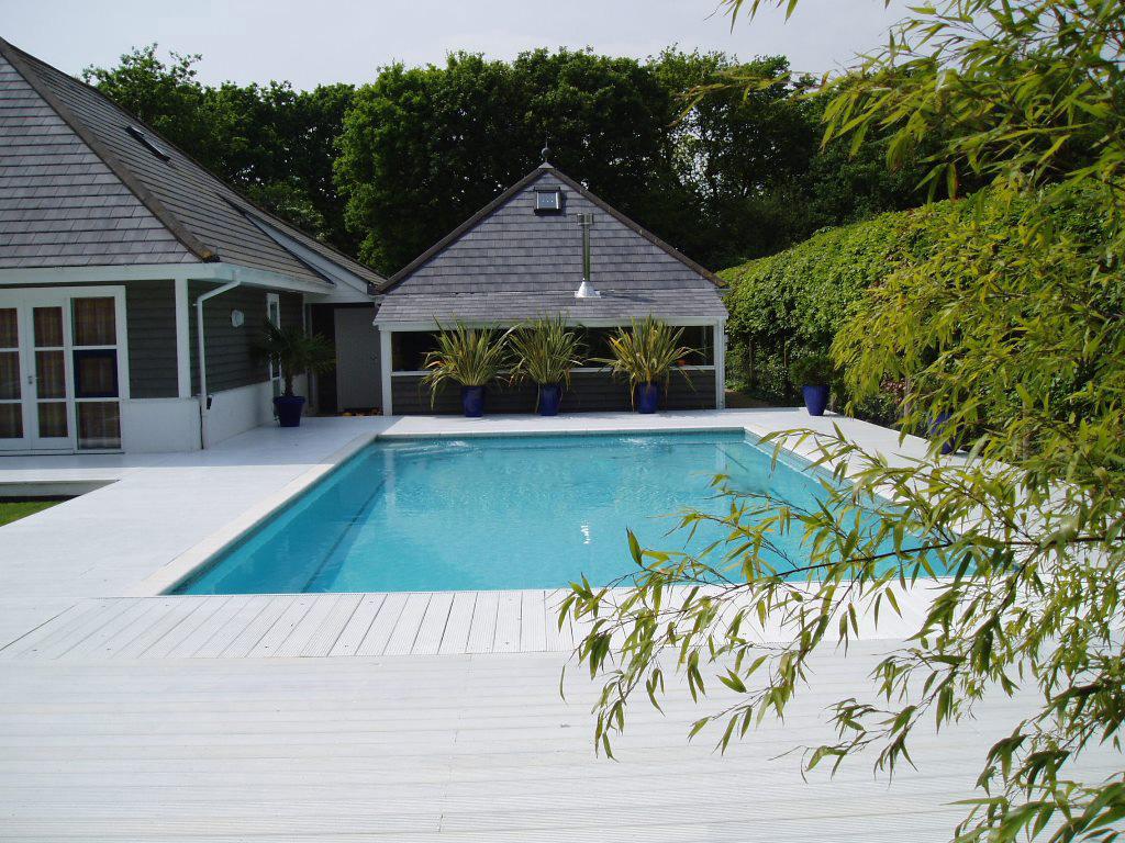 Уютный открытый бассейн в Суррее